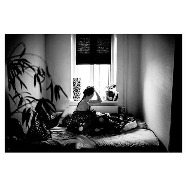 """""""Mere af det her"""", siger hun.  #photojournalism #blackandwhite #love #bed"""