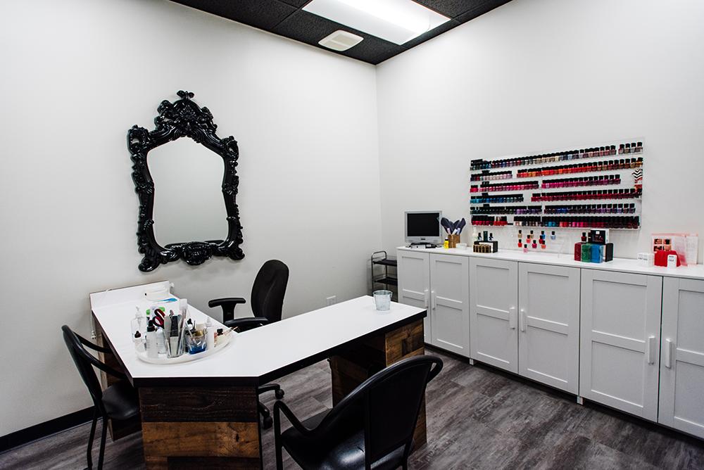 Headz-salon-nail-technician.png