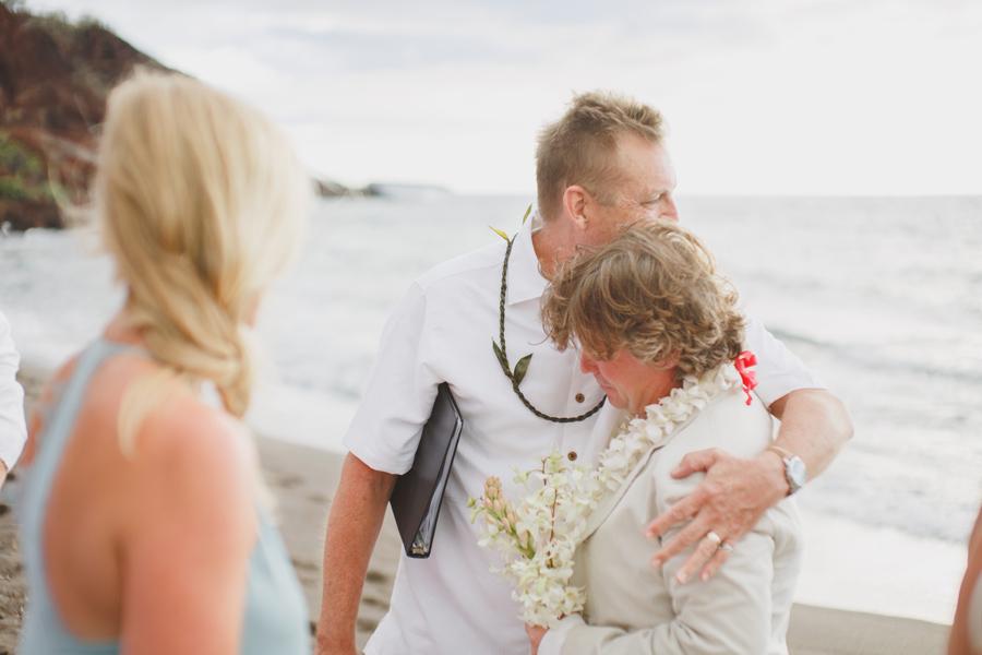 maui wedding hugs