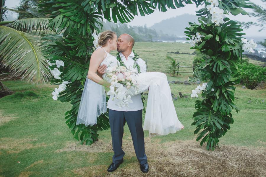 maui wedding kiss photography