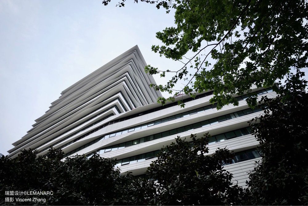 绿树掩映下的东方医院新楼.jpeg