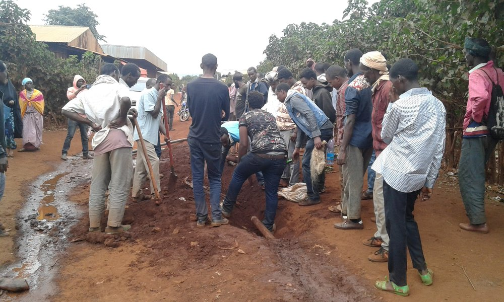Community Participation in stretching water pipe.jpg