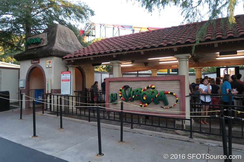 The entrance and queue for La Vibora.