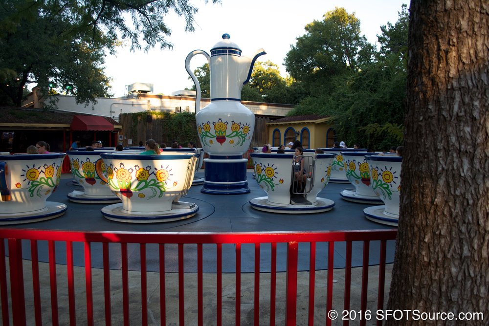 This is a classic teacups attraction.