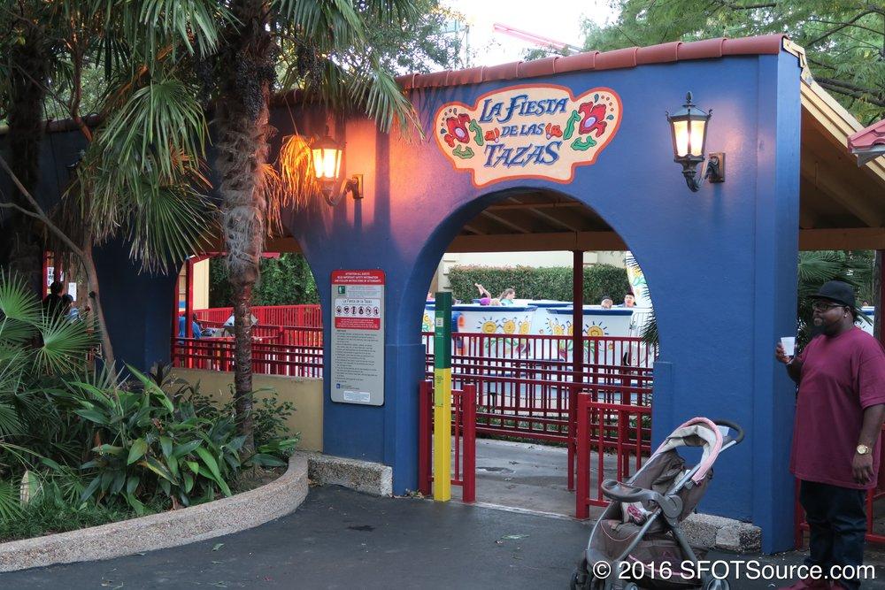 The main entrance/queue to La Fiesta de las Tazas.