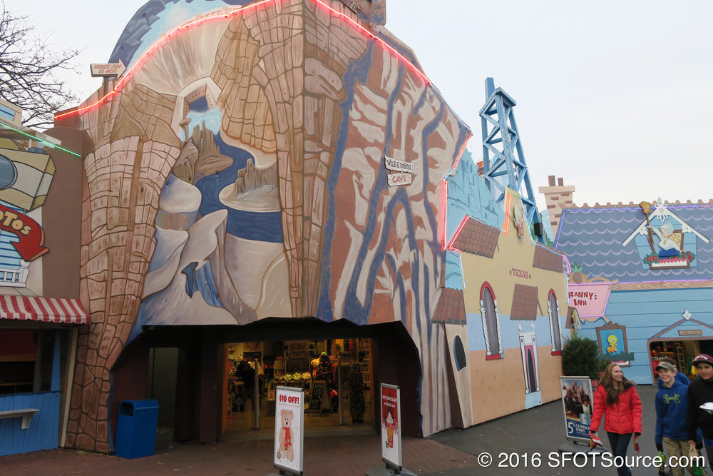 The main entrance to Looney Tunes Mall.