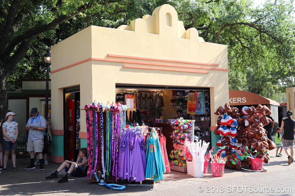 Star Mall Gifts is located at the park's entrance.