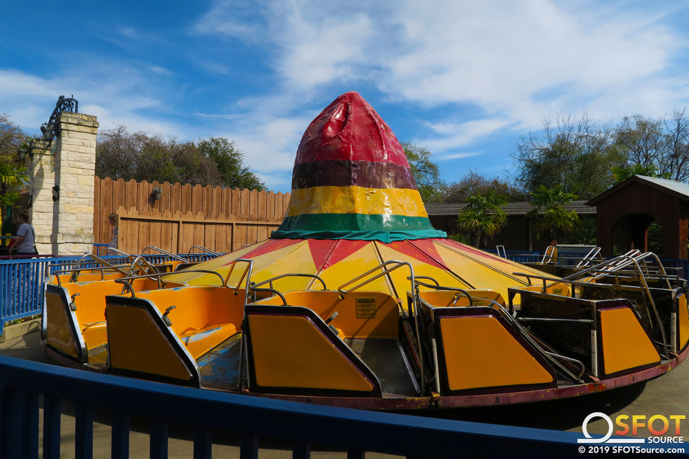 El Sombrero is a hat-themed spinning flat ride.