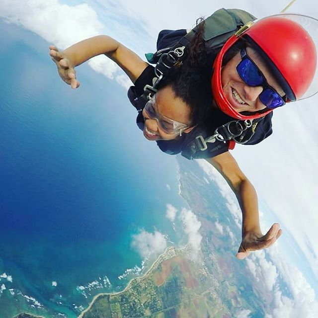 "#travelcurls inspiration feature. Check out this inspirational curly traveler  @saliamarie1243 • • • • • ""Once you have tasted the taste of the sky, you will forever look up."" . . .  #skydiving #iwannagoagain #exhilaration #mykindofdrug #hawaiinei #adventure"