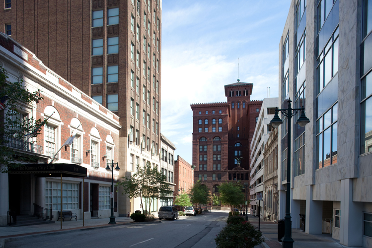 The Building - The Union Carbide Condominiums are situated on a quiet one-way street and nestled among some of the city's most historic architectural landmarks Downtown Kansas City has to offer.