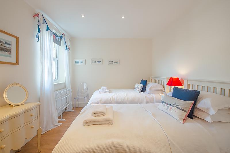 Twin bedroom 3.jpg