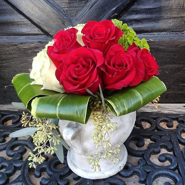 V-Day arrangement  #flowers #flowers #floral #florals #flowerlovers #flowerlove #blooms #instablooms #flowersofinstagram #flowerarrangement #floralarrangement #flowerstagram #instaflowers #beautiful #florist #lagunabeach #flower_daily #floraldesign #flowerdesign