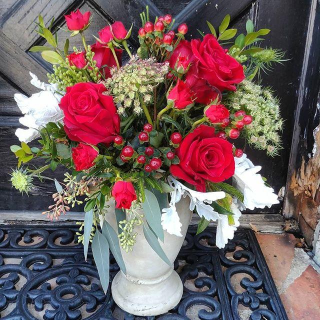 A Romantic Garden.  #flowers #flowers #floral #florals #flowerlovers #flowerlove #blooms #instablooms #flowersofinstagram #flowerarrangement #floralarrangement #flowerstagram #instaflowers #beautiful #florist #lagunabeach #flower_daily #floraldesign #flowerdesign #valentines