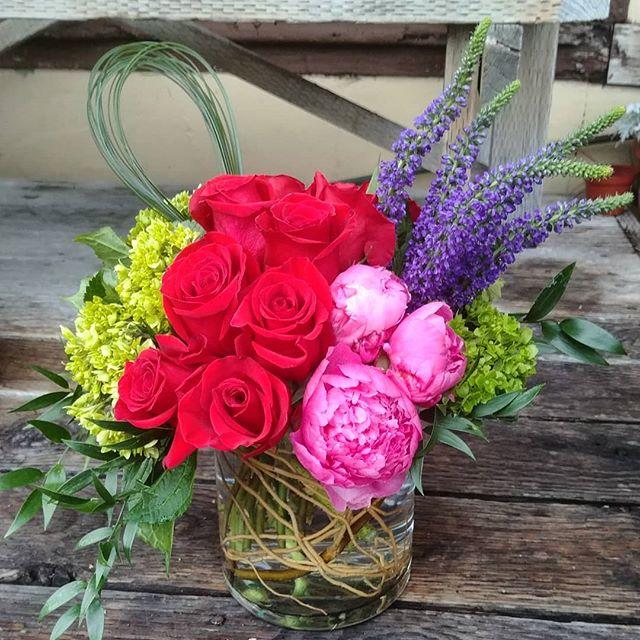 Getting creative for Valentines  #flowers #flowers #floral #florals #flowerlovers #flowerlove #blooms #instablooms #flowersofinstagram #flowerarrangement #floralarrangement #flowerstagram #instaflowers #beautiful #florist #lagunabeach #flower_daily #floraldesign #flowerdesign #valentines