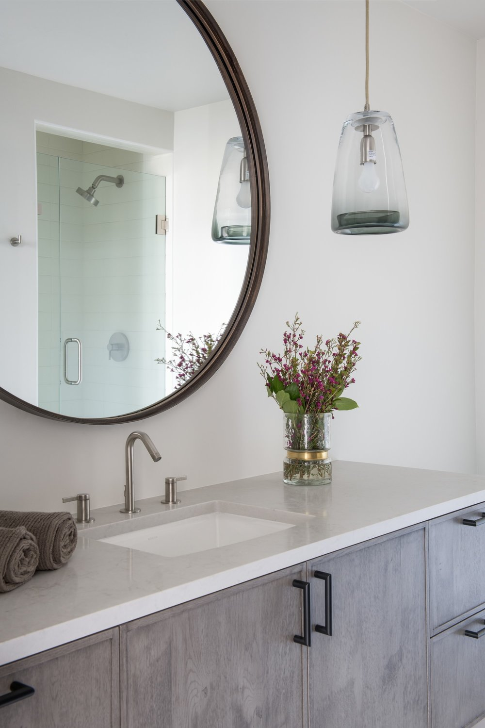 Elegant mirror above the cabinet and chandelier