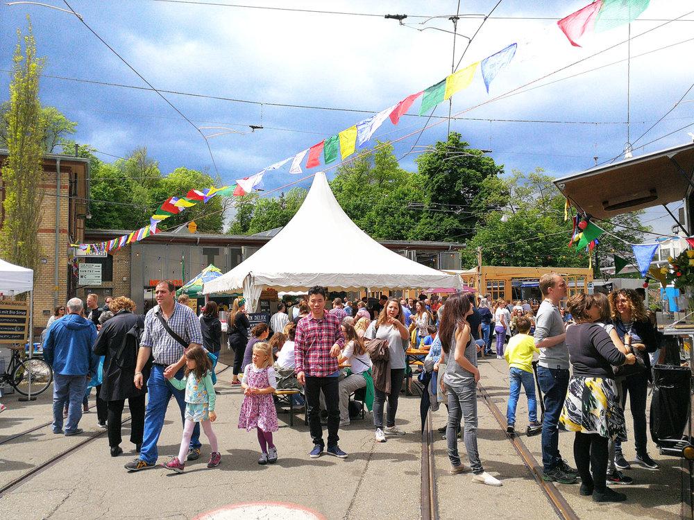 About - Ob Wochenendausflug, Familientag oder Freude am Essen: Der Food & Farmers' Market ist für Jung und Alt ein Erlebnis und bietet einen bunten, lebhaften Rahmen zum Flanieren, Schlemmen und Entdecken.