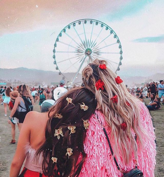 Weekends are better with friends by your side & flowers in your hair 🌼 #coachellahair #coachellastyle