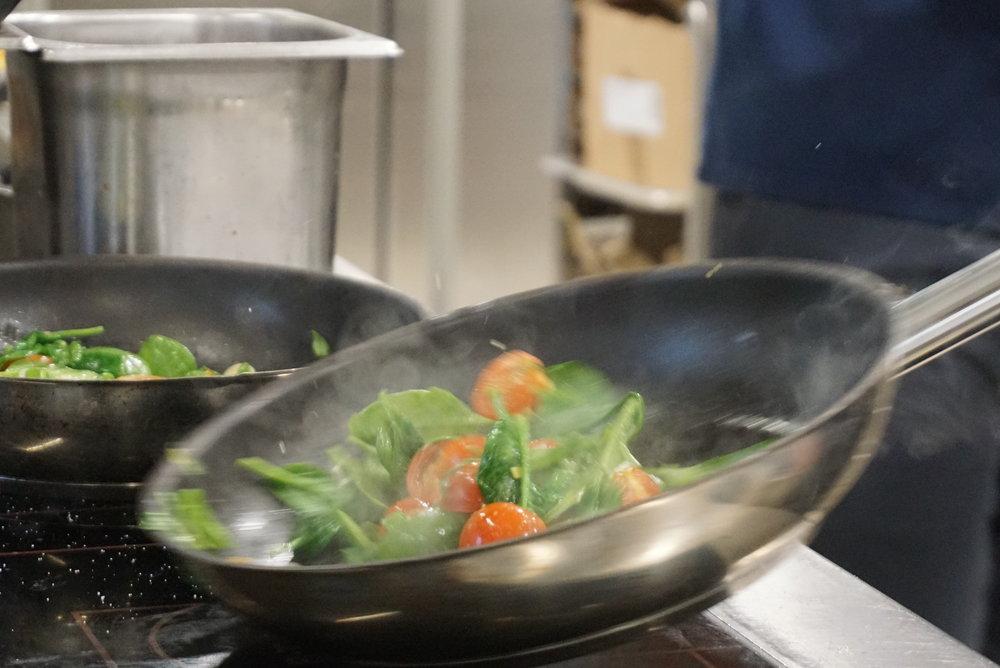 Vegi oder nicht vegi? - Essen im IRO ist ein buntes Abenteuer, eine Reise in die Welt von gesundem Genuss, bei dem anstelle eines Völlegefühls nur ein gutes Gewissen bleibt. Klar, unser Galloway-Beef ist richtig lecker und unser Pulled Pork zart und würzig. Aber wir können auch anders: auf unserer Karte gibt's nämlich auch vegetarische Alternativen zu entdecken. Denn vegetarisch heisst nicht automatisch, dass es ein Salat sein muss. Unser Vegi Club mit Vollkorntoast, Büffelmozzarella, Grillgemüse und Pesto oder der «Obi Wan Kenobi» Linsenburger mit Gemüse, Halloumi, Fenchel, Cole Slaw und Harissa-Joghurtsauce zum Beispiel schmecken super, und das 100% fleischlos. Lange Rede, kurzer Sinn: Das IRO ist offen für jedermann, egal ob Fleischesser, Vegetarier, Flexitarier, Fleisch-Detoxer oder einfach die guten alten Burger-Liebhaber.