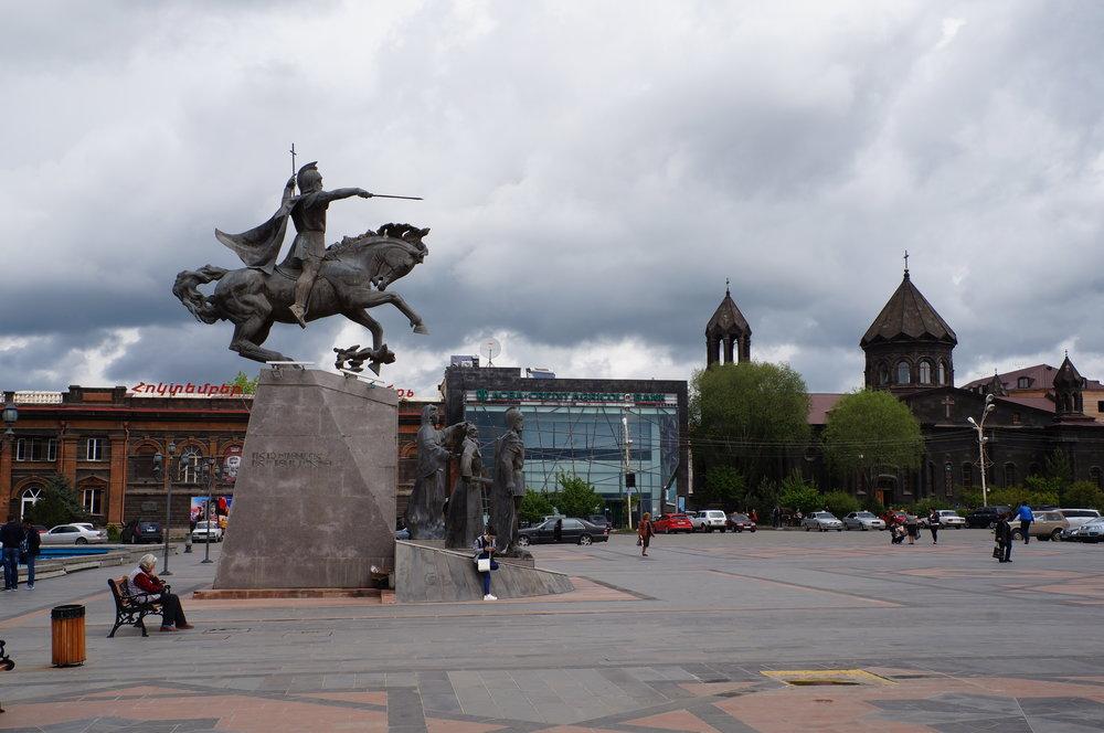 Գյումրու կենտրոնում գտնվող Վարդանանց հրապարակը: Վարդան Մամիկոնյանի՝ Ավարայրի ճակատամարտի առաջամարտիկի արձանն է: