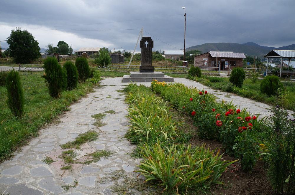 Շիրակամուտի գյուղապետարանի առջև գտնվող երկրաշարժի հուշարձանը: