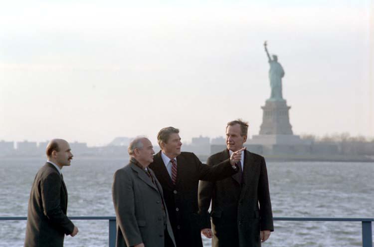 Խորհրդային միության գլխավոր քարտուղար Միխայիլ Գորբաչովը նախագահ Ռեգանի և փոխնախագահ Բուշի հետ՝ նախքան երկրաշարժի մասին տեղեկանալը:
