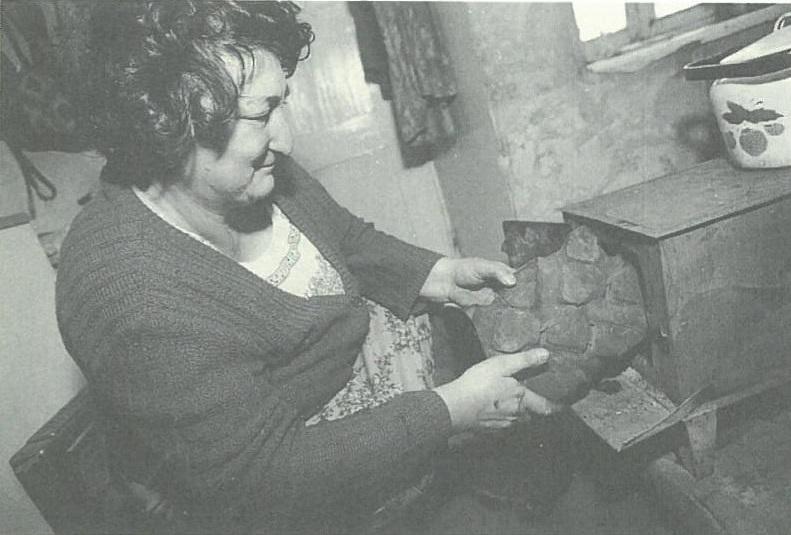 Մի երևանցի կին այրում է անիվը, որպեսզի տաքանան: Նկարը՝ Ջերրի Բերնդթ: