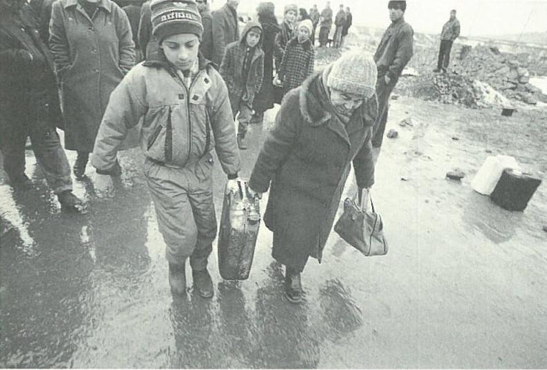 Տատը և թոռը նավթ են հավաքում Երևանում: Նկարը՝ Ջերրի Բերնդթ: