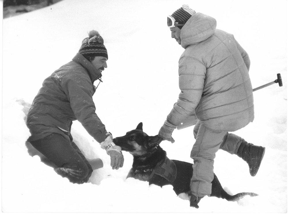 Վահագնը և իր շուն Յուրոն ձյան մեջ փրկարարական հնարքներ անելիս: