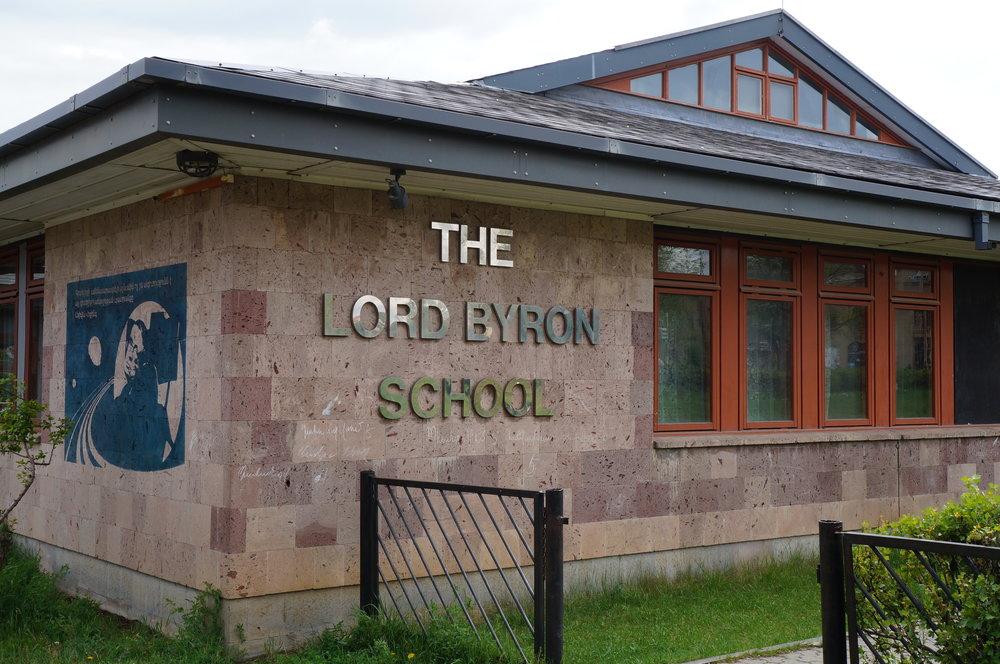 Լորդ Բայրոնի դպրոցի նախագծվել է բրիտանացի ճարտարապետների կողմից։ Շինարարական նյութերը նույնպես ներկրվել են Բրիտանիայից: