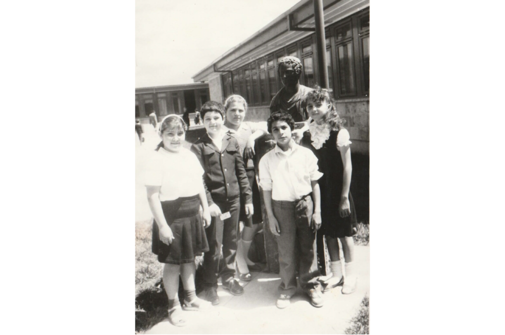 Օհաննա Ավետիսյանը (նկարում՝ ձախից) Լորդ Բայրոնի անվան դպրոցի բացմանը: