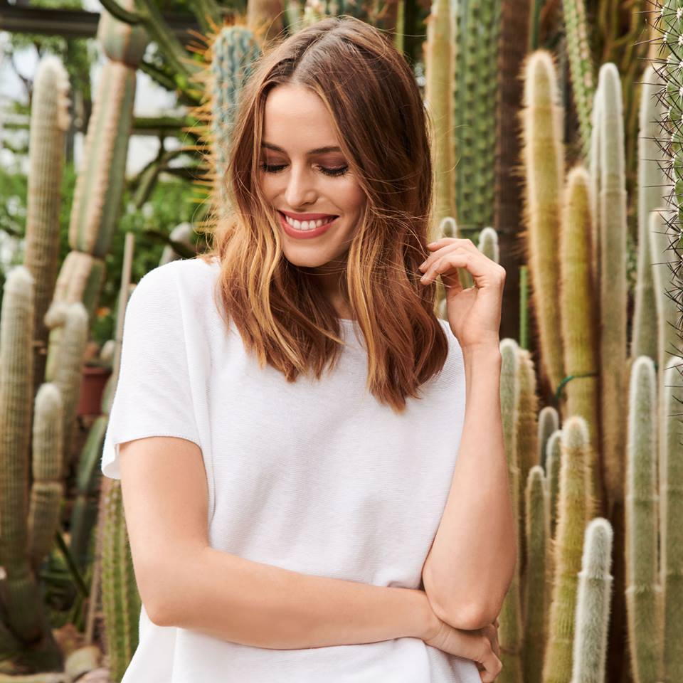 flattering WHITE - Discover an extensive range of white tops made from natural cotton that feels lovely against the skin.