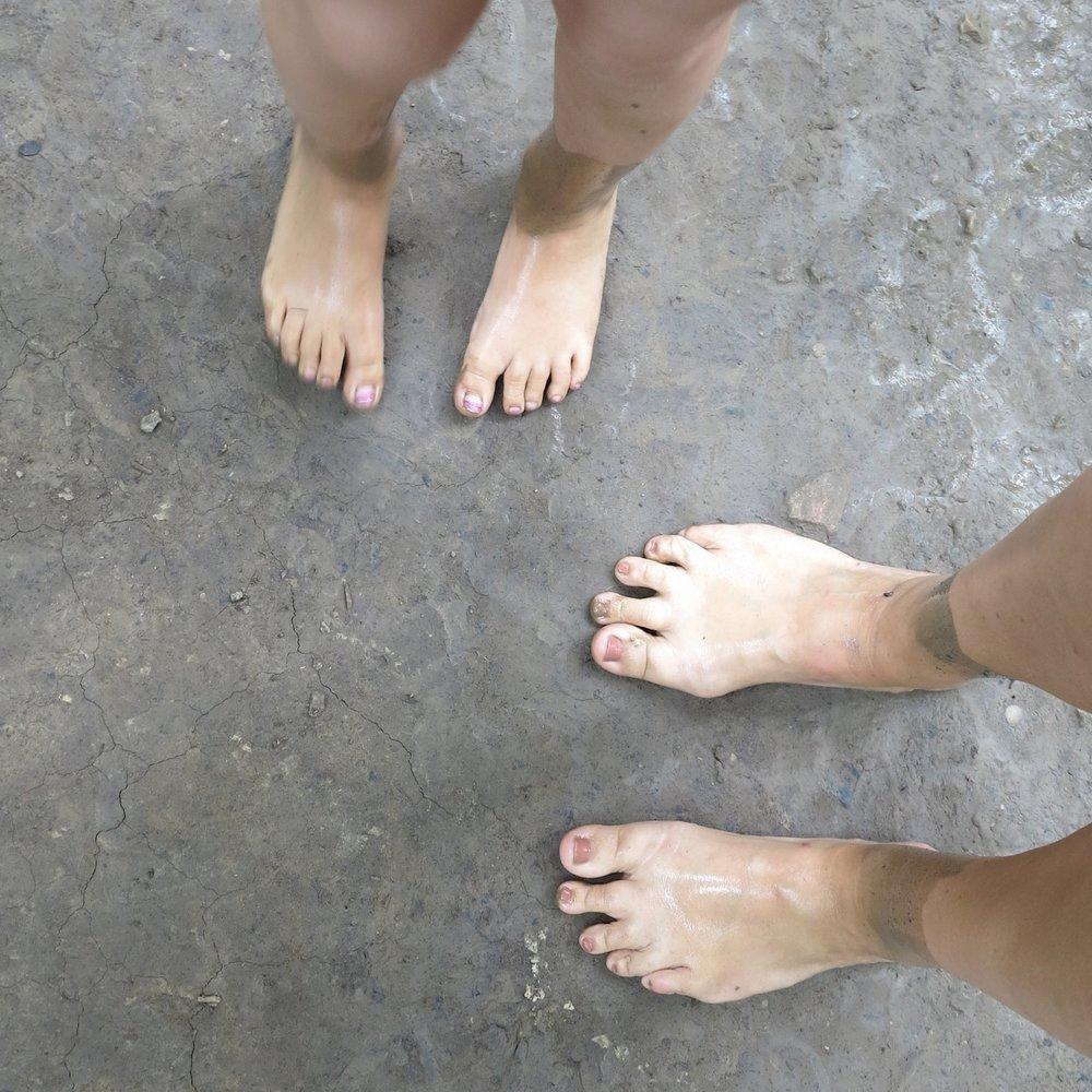 Matschwanderung mit nackten Füßen