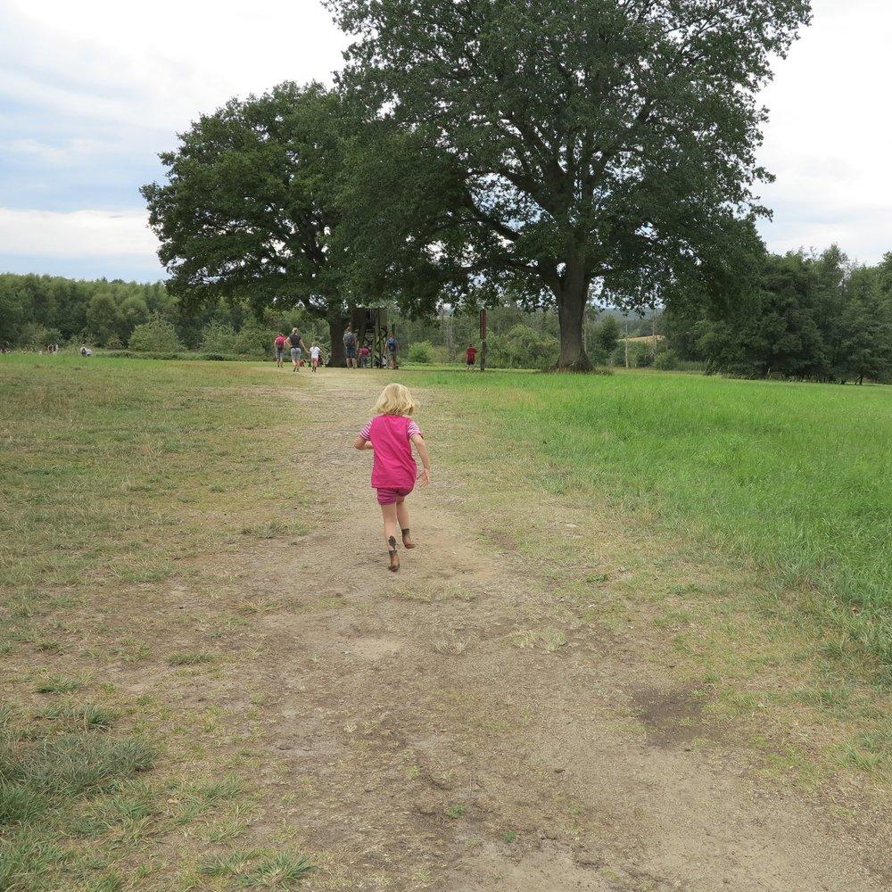 Laufen mit nackten Füßen