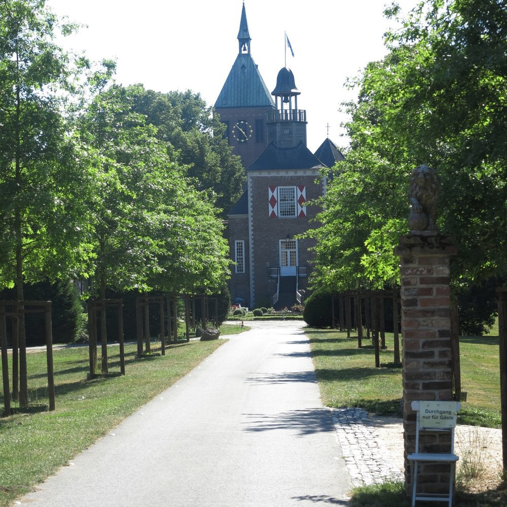 Die Einfahrt zu Schloss Hertefeld