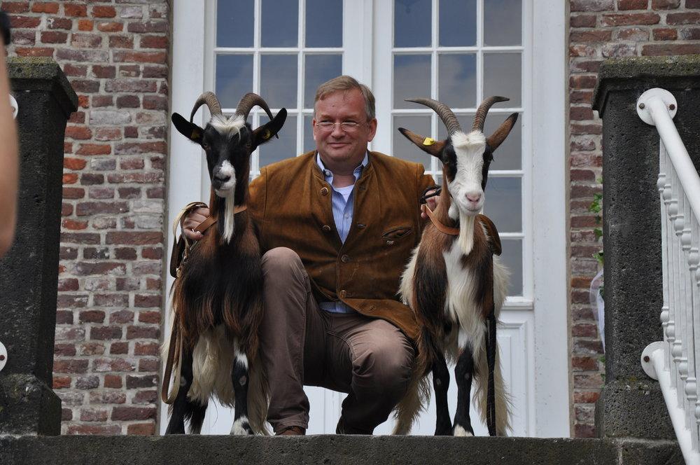 Friedrich Graf zu Eulenburg und Hertefeld mit zweien seiner Ziegen aus dem Tierpark nebenan (Copyright: Schloss Hertefeld)