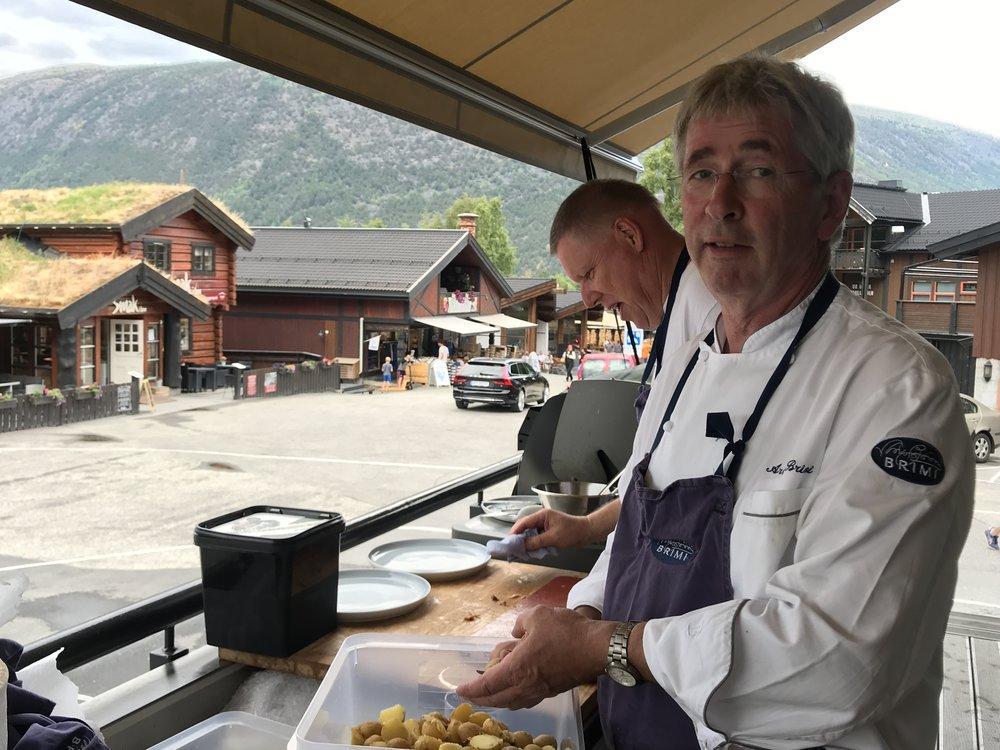 Arne Brimi på Brimibue. Da jeg gjestet restauranten i sommer var han kveldens grillmester!