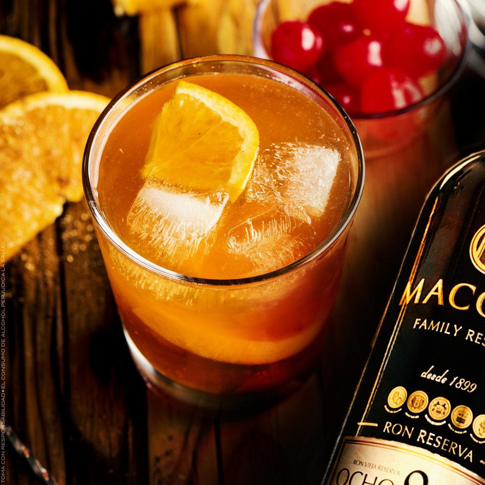 Macorix Old Fashion - INGREDIENTESCubitos de hielo50 ml de Ron Macorix 8 AñosZumo de naranjaUn gajo de naranjaPREPARACIONLlena un vaso de cubos de hielo hasta arriba,vierte los 50 ml de Ron Macorix 8 Años,acaba de llenarlo con el zumo de naranja, remuévelo suavemente y decora con un gajo de naranja.