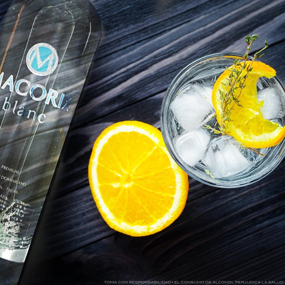Lemon Blanc - INGREDIENTESCubitos de hielo50 ml de Macorix BlancZumo de limónUn gajo de limónPREPARACIONLlena un vaso con cubos de hielo hasta arriba,vierte los 50 ml de Ron Macorix Blanc,añade zumo de limón, remuévelo suavemente y decora con un gajo de limón.