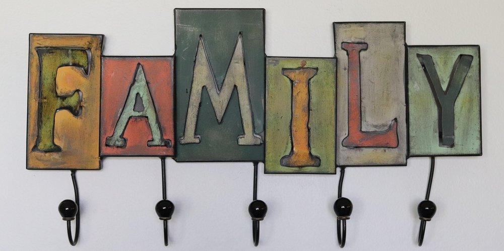 La familia sostiene a estos cinco ganchos para que los ganchos puedan sustentar a otros. En mi familia también ay cinco ganchos.