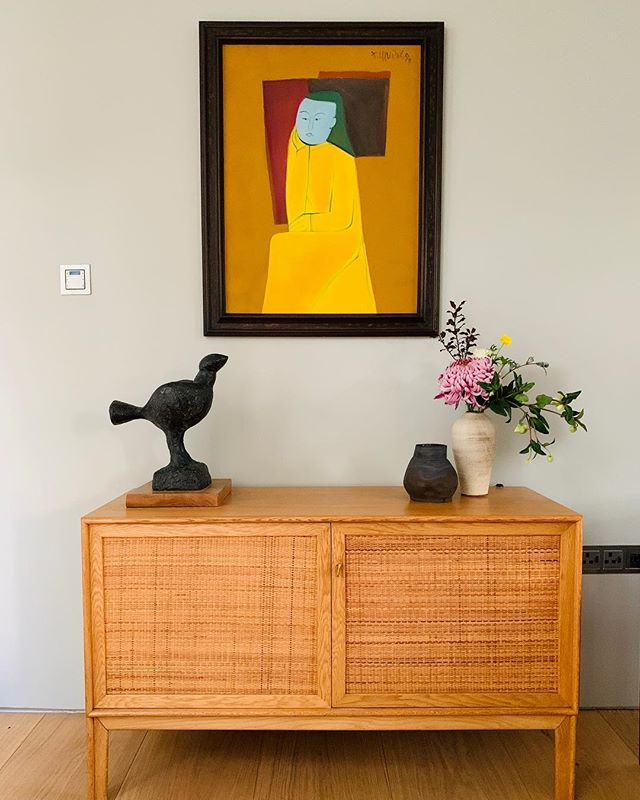 A bit of sunshine on this rainy autumn day. Plump Bird looks very much at home with this vibrant painting.  #sculpture #interiordesign #interiordesigner #interiors #art #breonocasey