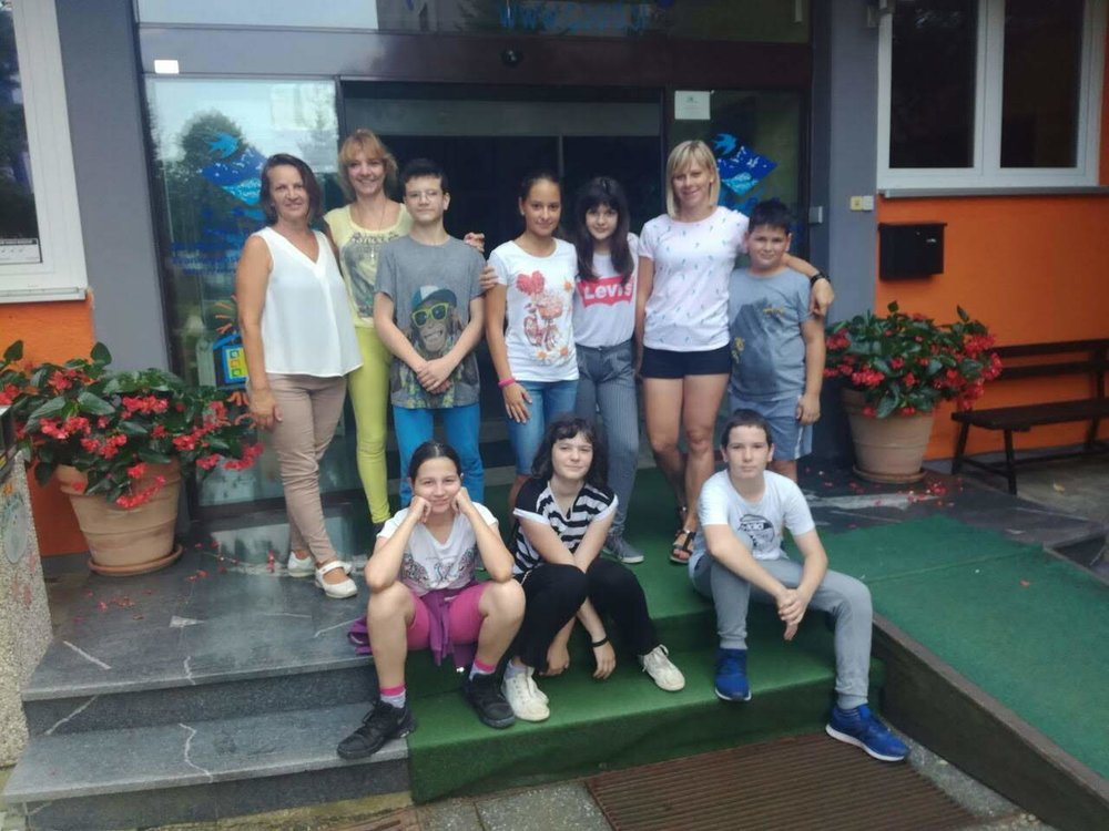 Udelezenci Tabora raziscimo Slovenijo in spremljevalke iz Srbije