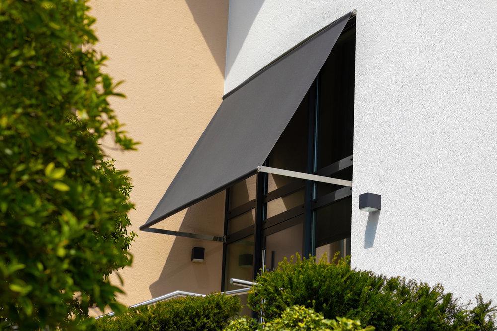 rewalux Fassadensegel als Vordach. Ideal für Privatgebäude oder Gewerbeflächen.jpg