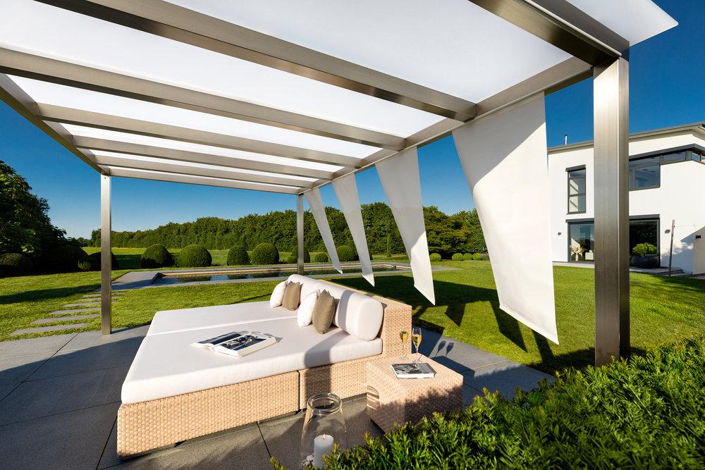 Edelstahl Pergola mit Verglasung und Sichtschutzvorhang.jpg