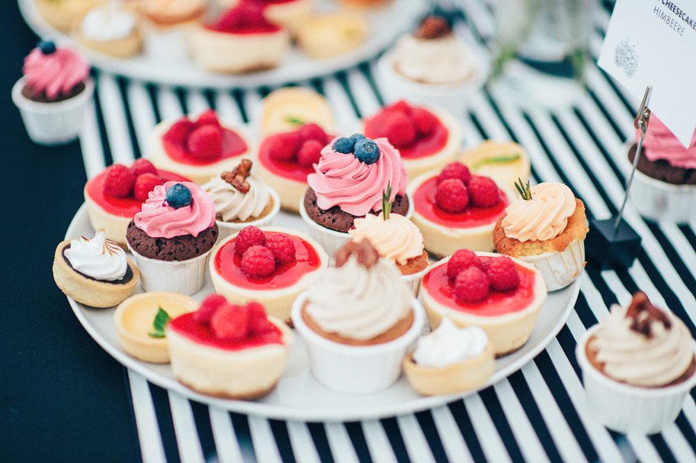 Candy Bars für eure Hochzeit - Wir stellen euch individuelle Candy Bars für eure Traumhochzeit zusammen. Cupcakes? Macarons? Tartelettes?Wir freuen uns auf eure Anfrage!