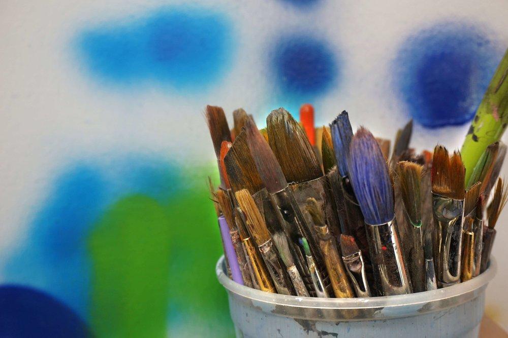 paint-bruches-in-bucket_4460x4460.jpg