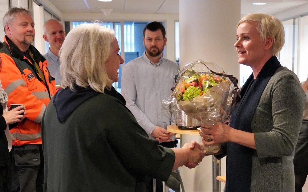 Bildet: HR-sjef Else Ravndal i Avinor mottar velfortjente blomster fra stortingsrepresentant Margret Hagerup (H), som sitter i Arbeids- og sosialkomiteen.