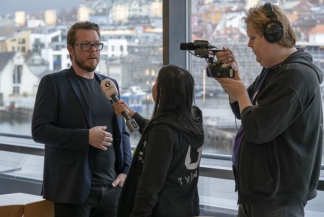 Roger Urhaug blir intervjuet av TV BRAs reporter Isabel, mens Jan-Magne tar seg av filmingen.