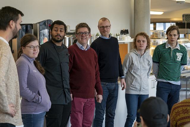 Fra venstre: Sverre, Nora, Marc, Sølve, Andreas, Stine og Ole Vidar. Alle jobber på Toma, bortsett fra jobbspesialistene Sverre Gloppen og Andreas Sveen, som står for den eksterne oppfølgingen til arbeidstaker og arbeidsgiver.