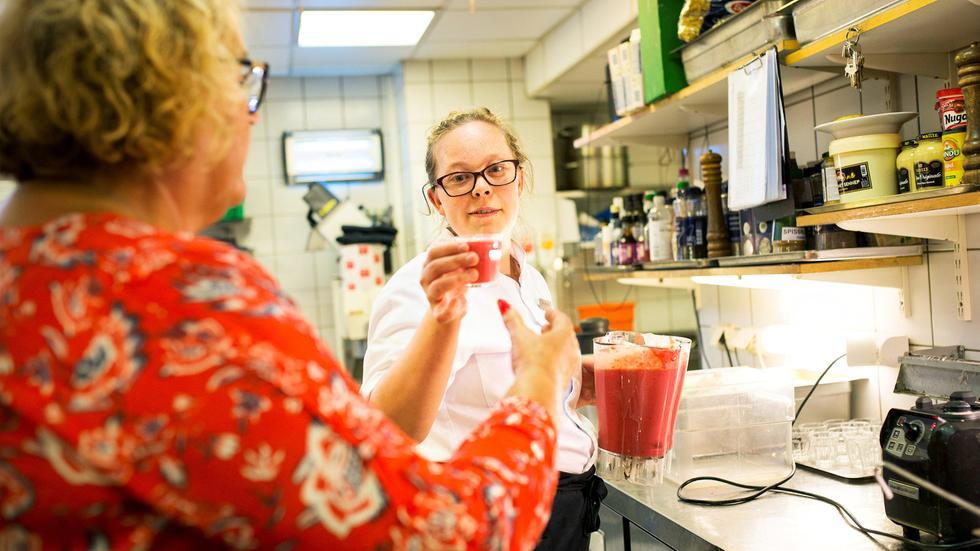 Markering av første arbeidsplass gjennom HELT MED i Oslo. Kari fikk fast jobb på Scandic Oslo City, og deler ut smoothie til Olaug Bollestad (KrF).