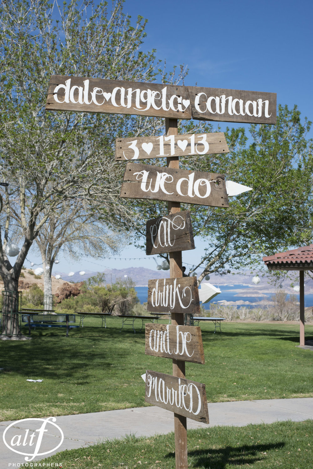 wooden-directional-wedding-sign